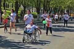 Maratońscy biegacze na ulicznym Stefan cel klaczu z particip Obraz Royalty Free