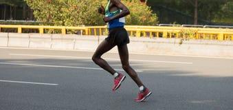 Maratońskiego biegacza bieg na miasto drodze Obrazy Stock