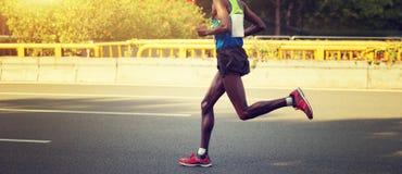 Maratońskiego biegacza bieg na miasto drodze Obraz Royalty Free