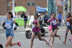 Maraton för kvinnaelitlöpare NYC Royaltyfri Fotografi