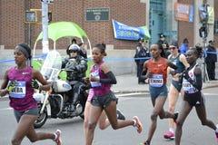 Maraton för kvinnaelitlöpare NYC Arkivbild