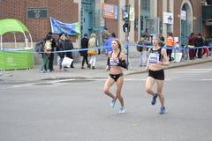 Maraton för kvinnaelitlöpare NYC Royaltyfri Bild