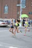Maraton för kvinnaelitlöpare NYC Royaltyfri Foto