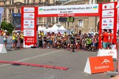 Maraton med barn Lura löpare på den startande linjen på sommarmaraton Arkivbilder