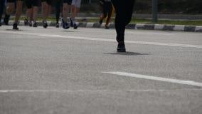 Maratona da cidade Pés dos povos Pés dos corredores na rua da cidade Multidão de pés dos corredores no fim da raça de maratona ac video estoque