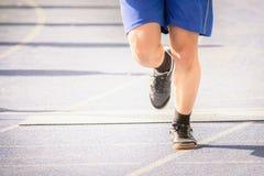 Maratona de movimentar-se dos pés do homem exterior pela estrada Fotografia de Stock