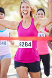 Maratona di conquista del corridore femminile Fotografie Stock