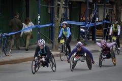 Maratona femminile 2014 di New York dei corridori della sedia a rotelle Fotografia Stock Libera da Diritti