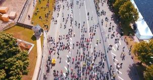 Maratona internacional Lattelecom 2018 Começo na terraplenagem e nos povos que correm pelo rio do Daugava video estoque