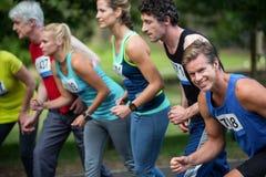 Maratonidrottsman nen på den startande linjen Arkivfoton