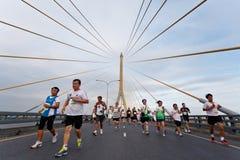 Maratonlöpare på gatan Arkivbild