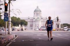 Maratonlöpare på gatan Arkivfoto