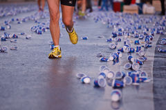 Maratonlöpare på gatan Royaltyfria Bilder
