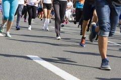 Maratonspringlopp, folkfot på vägen, sport, kondition och sunt livsstilbegrepp Royaltyfri Bild