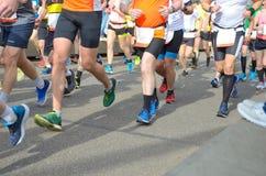 Maratonspringlopp, många löparefot på att springa för väg, sportkonkurrens Royaltyfria Foton