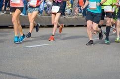 Maratonspringlopp, många löparefot på att springa för väg, sportkonkurrens Fotografering för Bildbyråer
