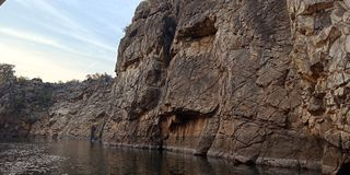 Maravíllese la roca o la montaña con el maa Narmada, Jabalpur la India del río imágenes de archivo libres de regalías