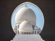 Maravilha arquitetónica Zayed Mosque em Abu Dhabi fotos de stock royalty free