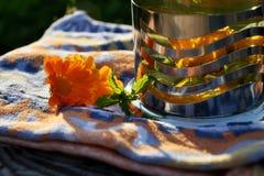 Maravilla con las flores y la menta del Calendula fotos de archivo