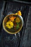 Maravilla con las flores y la menta del Calendula imagen de archivo libre de regalías