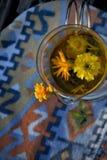 Maravilla con las flores y la menta del Calendula fotos de archivo libres de regalías