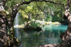 Maravilla de la naturaleza, un lugar fresco de la cascada de Antalya Kursunlu en la partida caliente del verano Foto de archivo libre de regalías