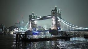 Maravilloso del puente de la torre de Londres iluminado por noche almacen de video
