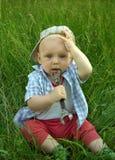 Maravilloso llevando a un niño del casquillo con una llave Fotos de archivo