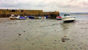 Marazion, Корнуолл, Великобритания - 13-ое апреля 2018: Маленькие лодки и шлюпки Стоковые Фотографии RF