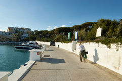 Marbella λιμένας με τον τουρίστα Στοκ φωτογραφία με δικαίωμα ελεύθερης χρήσης