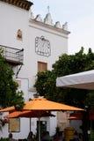 MARBELLA, ANDALUCIA/SPAIN - 6 ΙΟΥΛΊΟΥ: Οικοδόμηση με ένα ηλιακό ρολόι μέσα Στοκ Φωτογραφίες