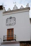 MARBELLA, ANDALUCIA/SPAIN - 6 ΙΟΥΛΊΟΥ: Οικοδόμηση με ένα ηλιακό ρολόι μέσα Στοκ εικόνες με δικαίωμα ελεύθερης χρήσης
