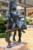MARBELLA, ANDALUCIA/SPAIN - 6 DE JULHO: Trajano que monta um Stat do cavalo foto de stock