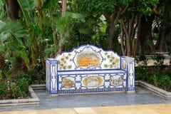 MARBELLA, ANDALUCIA/SPAIN - 6 JUILLET : Banc carrelé décoratif dans t Image stock