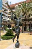 MARBELLA, ANDALUCIA/SPAIN - 6. JULI: Mercurio-Statue durch Salvador lizenzfreie stockfotos