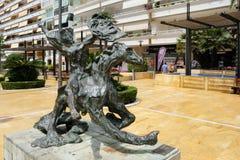 MARBELLA, ANDALUCIA/SPAIN - 6. JULI: Pferd und Jockey Stumbling lizenzfreie stockfotos