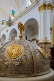 MARBELLA, ANDALUCIA/SPAIN - LIPIEC 6: Chrzcielnicy pokrywa w kościół zdjęcie royalty free