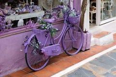 MARBELLA, ANDALUCIA/SPAIN - LIPIEC 6: Lawendowy bicykl na zewnątrz a Zdjęcia Royalty Free