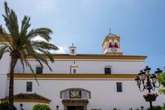 MARBELLA, ANDALUCIA/SPAIN - 23. MAI: Fassade der Kirche von lizenzfreie stockfotos