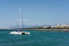 MARBELLA, ANDALUCIA/SPAIN - MAJ 26: Catamaran Wchodzić do Harb Zdjęcia Stock