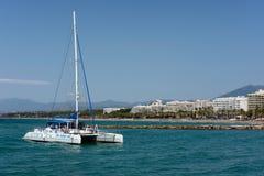 MARBELLA, ANDALUCIA/SPAIN - MAJ 26: Catamaran Wchodzić do Harb Fotografia Royalty Free
