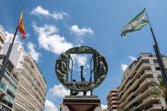 MARBELLA ANDALUCIA/SPAIN - MAJ 23: Pojke- och fönsterskulptur b Arkivfoton