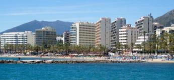 MARBELLA, ANDALUCIA/SPAIN - 4 MEI: Mening van de strandboulevard in Marb stock fotografie