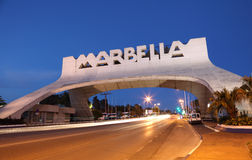 Marbella Boog bij nacht. Spanje stock afbeelding