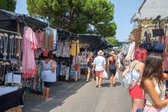 Marbella, España - 1 de septiembre de 2018: Mercado callejero de Puerto Banus imagenes de archivo