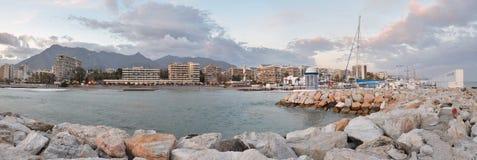 Marbella panorama som ses från seglingporten Fotografering för Bildbyråer