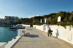 Marbella port z turystą Zdjęcie Royalty Free