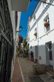 Marbella straat en arbeiders Stock Foto's