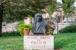 Marble monument Madre Teresa di Calcutta on a grassy clearing among the vegetation near the church di San Gregorio al Celio in Rom Stock Photography