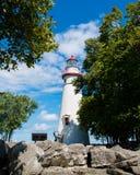 Marblehead-Leuchtturm mit einem bewölkten blauen Himmel Lizenzfreie Stockfotografie